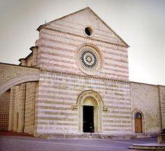 Basilica di Santa Chiara, Napoli. Edificata per volere di Roberto d'Angiò e sua moglie Sancia fra il 1310 e il 1330, nelle forme del gotico provenzale. Ristrutturata secondo il gusto barocco nel Settecento, dopo i bombardamenti della seconda guerra mondiale è stata restaurata tornando allo stile Trecentesco