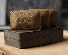 http://www.kidstaff.com.ua/tema-12290553.html Такое мыло хорошо удаляет излишек жира, очищает поры не пересушивая кожу. Мыло мягко пенится и имеет природный аромат оливки и лавра.