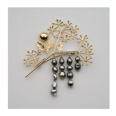 The Anaa brooch by Kollur is a branch of wild flowers  made in yellow gold with 14 Tahitian Keshi pearls and small brilliant-cut diamonds