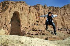 Erika joven afghana practicando skateboarding frente a los restos de una imágen de buda destruida por los talibanes