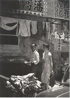 A back alley. Hong Kong, c. Reminds me of Wong Kar Wei's movies! Old Pictures, Old Photos, Vintage Photos, Fan Ho, British Hong Kong, Hong Kong Art, Macau, Travel Memories, Historical Sites
