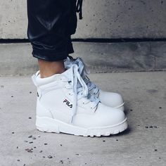 5 reasons why we need Fila Grunge shoes now! One feels, currently, no other brand brings as many trendy products as Fila to the market. Why do we want the grunge fila? 5 reasons, there is >>> here Source by Sneaker Outfits, Sneakers Fashion Outfits, Fashion Shoes, Cheap Fashion, Fashion Women, Fashion Online, Cute Shoes, Women's Shoes, Me Too Shoes