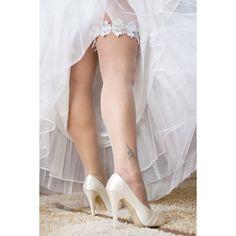 Harisnyakötő? Esküvőkön kötelező viselet!   De vajon honnan jött ez a szokás? Kattints és tudd meg Te is: www.bit.ly/2rdjFPp