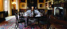http://mundodeviagens.com/highclere-castle/ - Todos os fãs da série Downton Abbey sabem que Highclere Castle é o castelo que dá vida à residência dos Crawley. Esta casa, com um estilo Jacobethan, é atualmente propriedade do 8.º Conde de Carnavon, que se tem esforçado para preservar o património da família. Em novembro de 2015, o Eduardo visitou este famoso castelo. Eis aquilo que achou da visita.