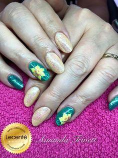 #nails by Amanda Trivett using #CNDshellac art basil & sunbleached with #Lecenté #white #holographic #glitter & #handpainted #daffodil #design  #lovelecente #flowernail #daffodilnail #greennails #green #glitternails #springnails