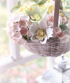 """Такая тёплая компания собралась: гортензия, орхидеи цимбидиум и розочки, конечно. Куда же без них. У каждого из этих цветов такое количество окрасок! Ну а в этот раз назову ее """"утренняя"""" ☀️☀️ цветочки из глины Deco"""