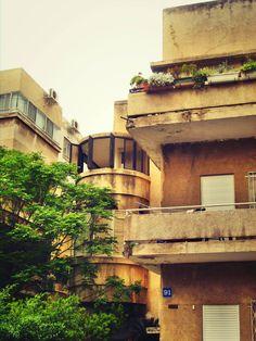 Tel Aviv Bauhaus Bauhaus Art, Bauhaus Style, Bauhaus Architecture, Interior Architecture, New Interior Design, Interior And Exterior, White City Tel Aviv, Inside Outside, Building Structure