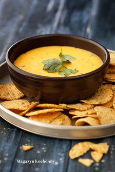 Przepis na dip serowy. Dip z sera na bazie rozpuszczonego cheddara i zagęszczonego mleka, doprawiony papryczką jalapeño, podawany na ciepło do nachos.