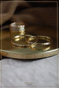 Ohrringe, wie Kreolen in Gold sind ein Klassiker - wir geben diesen einen modernen Twist! Die Oberfläche ist teilweise diamantiert. Hochwertig und kombinierbar mit zahlreichen Outfits! When Youre Feeling Down, Gold, Wedding Rings, Engagement Rings, Stuff To Buy, Outfits, Jewelry, Ear Piercings, Enagement Rings