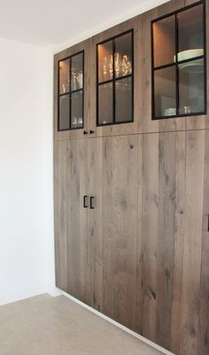 Voor alle stalen maatwerk kan je beroep doen op ons vakwerk, zo ook voor bijvoorbeeld glazen raampjes en deurknopjes in een kast op maat. Project in opdracht van Mortier Renovatiewerken (interior design: @carmenrabaey ) #steel #black #wood #custommade #design #buffet #sideboard #noir #door #window