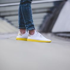 timeless design 929e3 1f297 adidas-tennis-hu-weiss-gelb-by2674-mood-2 Pharrell