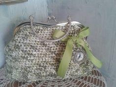 Bolso tejido en cinta fantasía con cierre vintage plateado y lazo con camafeo de libélula