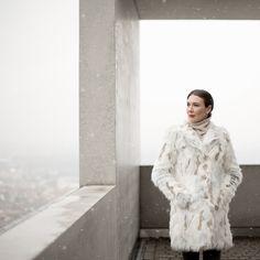 Outfit: Snow White | Mood For Style - Fashion, Food, Beauty & Lifestyleblog | Outfitpost mit einem Fake Fur Mantel von Patrizia Pepe, einem Kaschmirpullover von Mrs & Hugs, einer Skinny Jeans von Zara und Sneakers von Lanvin.
