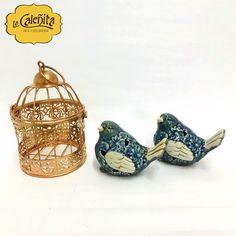 Agrega un toque exquisito a tu decoración con este par de aves de Jardín y Jaula Vintage de color dorado.  #CentrosDeMesa #CentrosDeMesaCali #DecoracionLaCaleñita