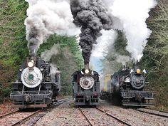 Museu Ferroviário Virtual - Belo registro de 3 locomotivas a vapor (EUA). Duas soltando vapor e uma soltando fumaça.