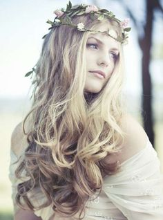 Look boho chic para novia - Las coronas, diademas y guirnaldas de flores se convierten en protagonistas de los peinados boho chic para novias.