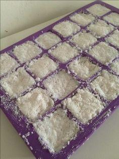 J'ai enfin réussi les pastilles pour le lave-vaisselle! Je vous donne le tuto pour qu'à votre tour vous essayer. Il vous faut: 60g d'acide citrique 60g de bicarbonate de so…
