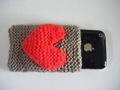 want one so bad now! Knitted Heart, Mobile Phone Cases, Little Things, Knit Crochet, Valentines, Diy Crafts, Sewing, Knitting, Trending Outfits