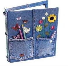 Capa de caderno com jeans e bolsos.