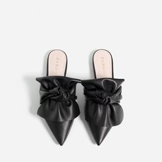 ABSATZSTIEFEL MIT BREITEM SCHAFT - Alles anzeigen-SCHUHE-DAMEN | ZARA... (€60) ❤ liked on Polyvore featuring shoes, flats, bow shoes, flat heel shoes, flat pumps, leather flats and genuine leather shoes