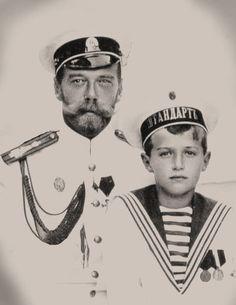 Tsar Nicholas II, (May 1968 - July with his only son Tsarevich Alexei Romanov (August 1904 - July Czar Nicolau Ii, Tsar Nicolas, Familia Romanov, Vintage Photographs, Vintage Photos, House Of Romanov, Alexandra Feodorovna, Imperial Russia, Jolie Photo