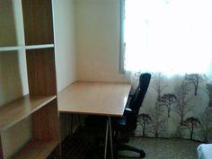 2ª Habitación. Habitación doble, toda equipada con cama, escritorio, armario, estanterías y persianas.
