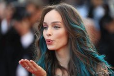 Luma Grothe : zoom sur sa coloration bleue au Festival de Cannes 2016.