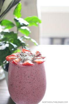 energy boosting oatmeal berry breakfast smoothie. Replace your morning coffee with this healthy smoothie, for pregnancy, healthy living, and weight loss   nutritious, high in fibre, gluten-free, vegetarian, vegan, paleo, raw. Click through for recipe! Detox Breakfast, Healthy Breakfast Smoothies, Healthy Snacks, Healthy Recipes, Healthy Drinks, Breakfast Recipes, Vegan Breakfast, Breakfast Ideas, Breakfast Energy