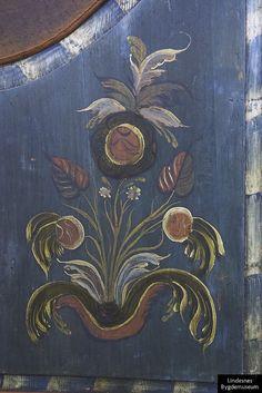 """""""Rosemalt skap 1835. Rosemaleren ikke kjent. Sengeskap/framskap laget av tre. Bunmalt (mørkt) bunnfarge og rosemaling. Skapet er øverst bueformet og har en list på hver side, som øverst har utskårne ruter og som på midten danner to C-former som går til hver side og slutter i en blomst. Mellom disse står et utskåret pilformet sykke, somn det bl.a. er malt et hjerte på. Alt er malt i en rød, gul og grønnlig farge. To skapdører - rosemalte på begge sider og bueformede inn til midten gå..."""