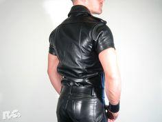 - aus robustem, schwarzem Leder gefertigt - Front mit Druckknopfverschlüssen und…