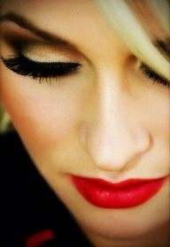 Golden smokey eyes and red lips:  Good make up style for Rosie the Riveter...