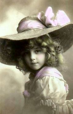 1909 big hat, little girl. Personal collection of Luella aka Paris Frances: Vintage Abbildungen, Vintage Girls, Vintage Postcards, Vintage Prints, Vintage Images, Antique Pictures, Old Photos, Vintage Kids Photography, French Themed Parties