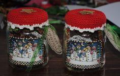 Voor mijn twee kleinzoontjes deze snoeppotjes gemaakt. Het zijn groentenpotjes van HAK.  Hoedje haken, vullen met snoepjes, het label is van...