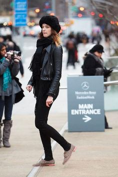 34 stylish fall and winter outfits to try, including this city-ready, all-black look
