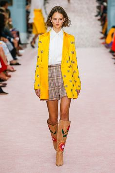 Carolina Herrera Spring 2019 Ready-to-Wear Collection - Vogue Women s  Runway Fashion 4ec68e5ee45