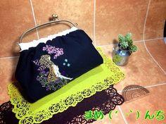 ベンリー口金で小ぶりなバッグを作りました。両面にカラフルなミシン刺繍をしています。内側はピンクのフリースにシフォン生地で、ミシンキルティングしました。黒い生地...|ハンドメイド、手作り、手仕事品の通販・販売・購入ならCreema。