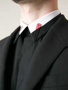 Originelle Details: Der raffinierte zweifarbige Kragen mit den markanten offengelegten, roten Kragenstäbchen!   Givenchy great, i favor the pictire