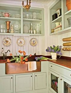 10 tips for creating a cozy cottage kitchen - Küche 2019 - Home Sweet Home Copper Farmhouse Sinks, Farmhouse Kitchen Cabinets, Rustic Farmhouse, Copper Sinks, Farmhouse Style, Cottage Style, Copper Farm Sink, Cozy Cottage, Kitchen Cabinetry