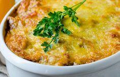 Mehevä jauheliha-kasvisvuoka saa makua tomaattikastikkeesta! Cooking Recipes, Healthy Recipes, Healthy Food, Parmesan, Curry, Food And Drink, Pasta, Ethnic Recipes, Koti