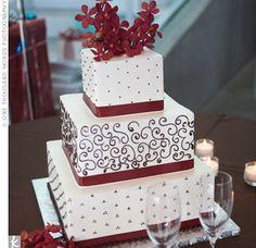 bodas color vino | Otra torta de novia con decoración en color rojo con pisos redondos.
