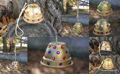 Meisenknödelhalter (DIY) selbst gemacht. Ein alter Blumentopf, ein bisschen Farbe, zum Bekleben ein paar Steinchen (Knöpfe gehen auch), ein Stück Band und einen Haken. Fertig. Viel Spaß beim Basteln www.mosaikkasten.de