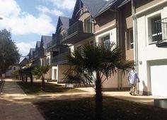 La résidence Lagrange Prestige LES JARDINS D'ARVOR se situe en plein centre de la station, à 150 m de la plage