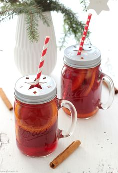 Heute verrate ich Dir ein kleines und wohl gehütetes Familiengeheimnis: das Rezept für meinen fruchtig-feinen Weihnachts-Punsch. Seit über 20 Jahren trinken wir in der Vorweihnachtszeit kaum etwas anderes, und vermutlich gehört dieser Weihnachts-Punsch zu einer meiner allerersten Rezept-Kreationen ;-). Entstanden ist das feine Mix-Getränk kurz nachdem ichdie Suche nach einem leckeren Fertig-Punsch aufgegeben hatte. Egal...Weiterlesen »