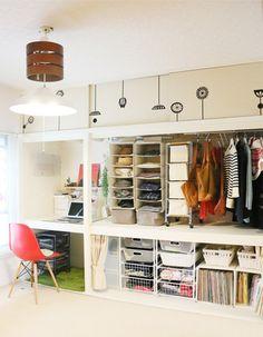 押入れをマイデスクに、さらにマイ収納に大胆リフォーム。機能的だけど、明るい雰囲気で、ポジティブな生活空間になっています。