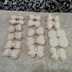 Mini lacinhos bordados em pérolas...