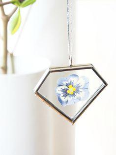15 DIY Resin Jewelry Projects Worthy of Gifting Mini Terrarium, Flower Crafts, Diy Flowers, Press Flowers, Flower Decorations, Paper Flowers, Resin Jewelry, Diy Jewelry, Fashion Jewelry