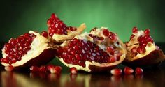 Do you discard pomegranate peels once you cut the fruit? Here are reasons why you should keep them and make better use of it. - 11 health benefits of pomegranate peel you never knew! Pomegranate Peel Powder, Homemade Scrub, Cooking With Olive Oil, Mild Shampoo, Proper Diet, Health Remedies, Cool Things To Make, Smoothie Recipes, Health And Beauty
