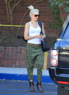 Gwen never strayed too far from her quintessential Cali cool surfer girl.Baggy pants and vans or heels. Gwen Stefani No Doubt, Gwen Stefani Style, Star Fashion, Love Fashion, Celebrity Photos, Celebrity Style, Biker Chick Outfit, Street Chic, Street Style