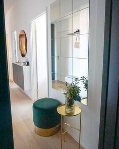 Billig spegelvägg Mirror Decor Living Room, Home Decor Bedroom, Home Living Room, Home Room Design, Home Interior Design, Living Room Designs, House Design, Flur Design, Home Entrance Decor
