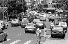 Complemento da série de posts sobre o título nacional do Coritiba, em 1985, publico abaixo 91 fotos da cidade de Curitiba no mesmo ano. Registros de uma capital bem diferente dos dias atuais, há 30 anos. São imagens (pela ordem) da Rua Marechal Floriano, das proximidades da Praça Zacarias, do